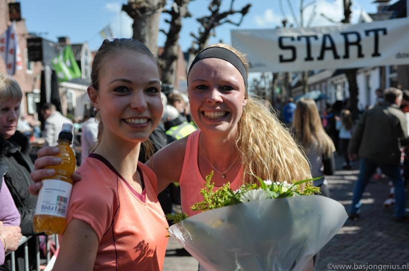 Winnares 10 km Regine Postma (rechts) met haar zus Sigrid.